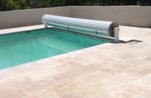 volet de piscine alimentation electrique lames grises