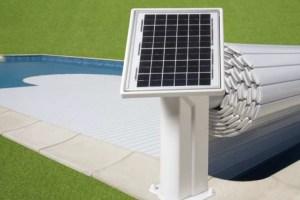 couverture-volet-de-piscine-avec-un-panneau-solaire