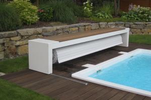 le-volet-de-couverture-piscine-sur-rail-finition-banc-structure-aluminium-et-bois