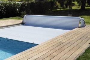 rideau-couverture-piscine-alimentation-par-energie-solaire