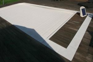 volet-de-piscine-immerge-avec-alimentation-solaire