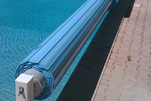 volet-piscine-hors-sol-grande-largeur-gt-a-7-m-lames-coloris-bleues