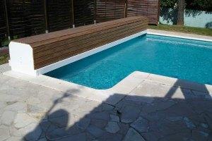 volet-rideau-piscine-avec-banc-bois-grande-largeur