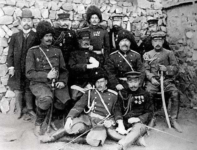 Nach der Kapitulation: Russlands General Stoessel und Japans General Nogi (beide Mitte)