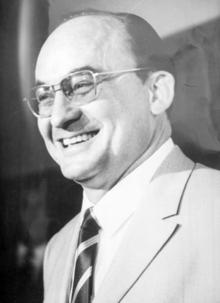 Una imagen que contiene persona, persona, corbata, traje Descripción generada automáticamente