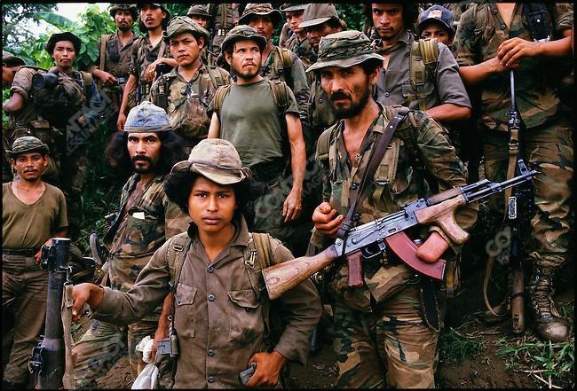 Una imagen que contiene una persona, uniforme militar, arma, descripción de grupo generada automáticamente