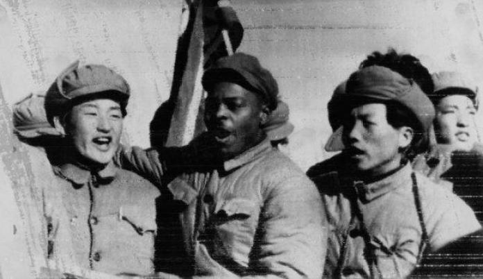 Clarence Adams con prisioneros de guerra coreanos y captores comunistas, en 1954. Fotos: SCMP;  Della Adams;  UPI