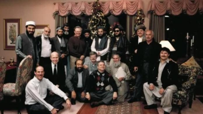 Un grupo de personas posando para una foto Descripción generada automáticamente