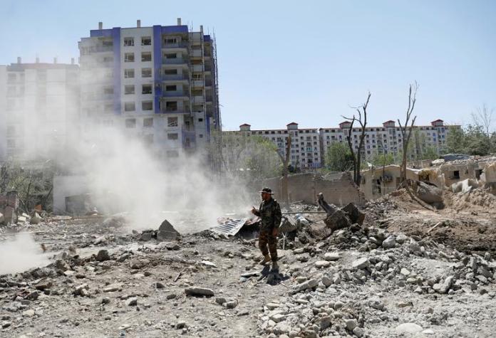 Un soldado del Ejército Nacional Afgano (ANA) se encuentra en el lugar de la explosión del lunes en Kabul, Afganistán, el 2 de julio de 2019.Los combatientes islamistas talibanes mataron a seis personas e hirieron a otras 105 al hacer estallar un camión bomba en la hora punta de la mañana cerca de un complejo del Ministerio de Defensa afgano. en Kabul. REUTERS / Mohammad Ismail