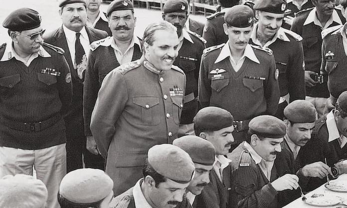 General Ziaul Haq, flanqueado por oficiales superiores | Archivos de White Star