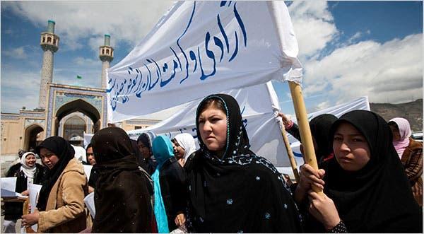 Las mujeres que critican las nuevas restricciones que se aplican a los chiítas se manifestaron el miércoles en Kabul.