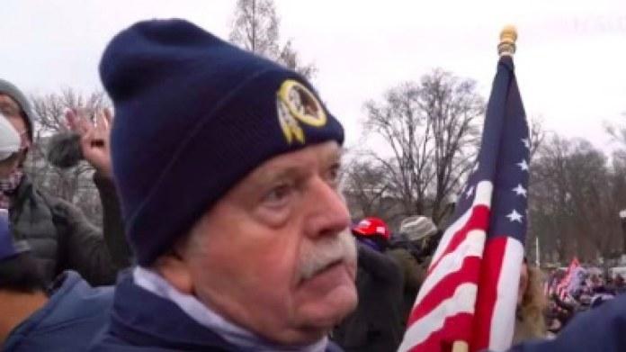 Thomas Caldwell, Capitol Rioter que solía trabajar para el FBI, estaba usando la bandera estadounidense como muleta