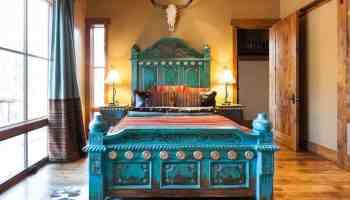 Steer-skull-style-in-the-master-bedroom
