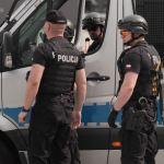(Małopolska) 48-latek zaatakował siekierą policjantów a następnie oddał kilka strzałów z broni