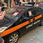 Mężczyzna obkleił radiowóz straży miejskiej i znieważył funkcjonariuszy – został zatrzymany