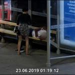 Kobieta okradła mężczyznę śpiącego na przystanku komunikacji miejskiej. Mamy nagranie!