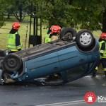Samochód dachował w Krakowie. Kierowca został przetransportowany do szpitala