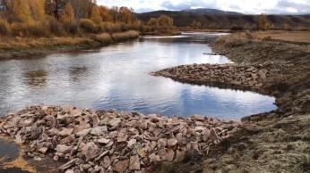 Strategic placement of rocks promotes a more natural streamflow that benefits ranchers and fish. (Source: Paul Bruchez)
