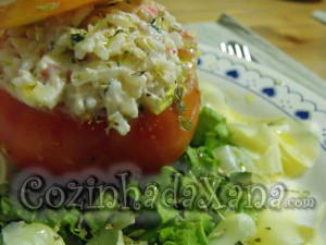 Tomate recheado com arroz e delícias do mar