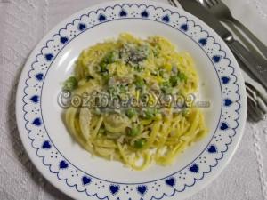 Esparguete com ervilhas, bacon, milho e cogumelos