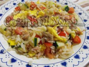 Salada tricolor de arroz com atum