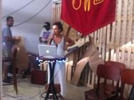 DJ´s da cidade atacaram de radialistas da Rádio Comunitária Nordeste Gourmet. Na foto, Carol Morena, convidada do primeiro dia, enquanto o coletivo MUSAS preparava assemblade com lixo do Mercado para compor o cenário da Rádio.
