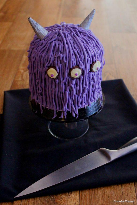 bolo monstro (roxo com chifres prateados)