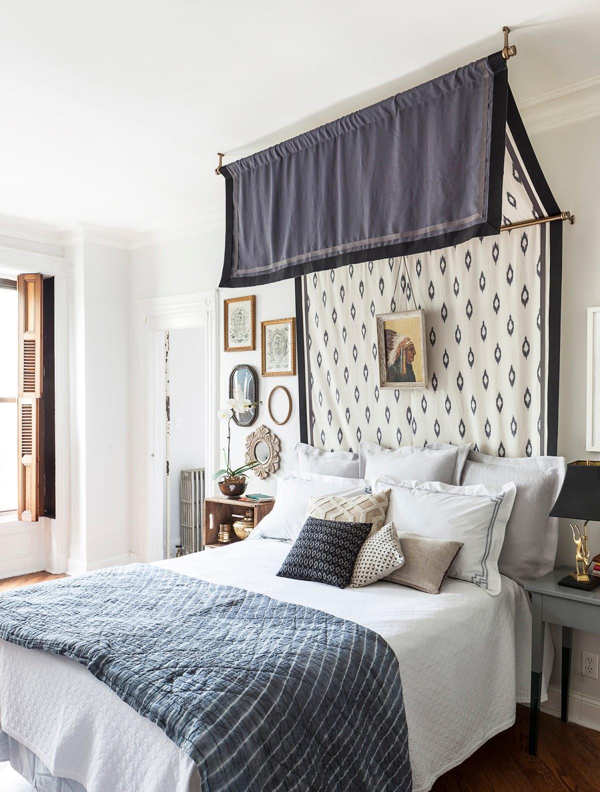 Baldakinen över sängen är blå