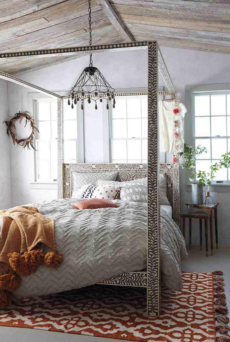 Snidad baldakin över sängen