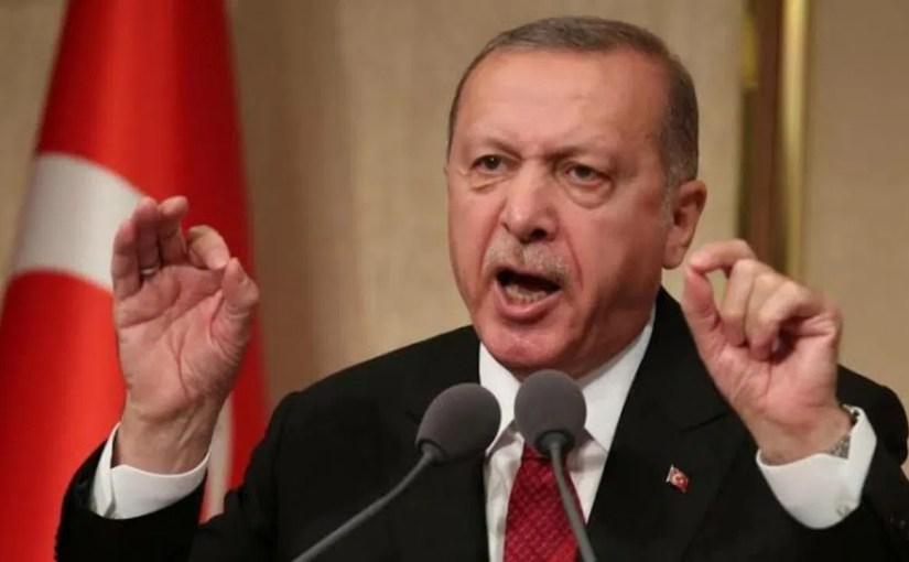 «لا يستطع قول كلمتين دون ملقن» أردوغان في موقف لا يحسد عليه على الهواء (فيديو)