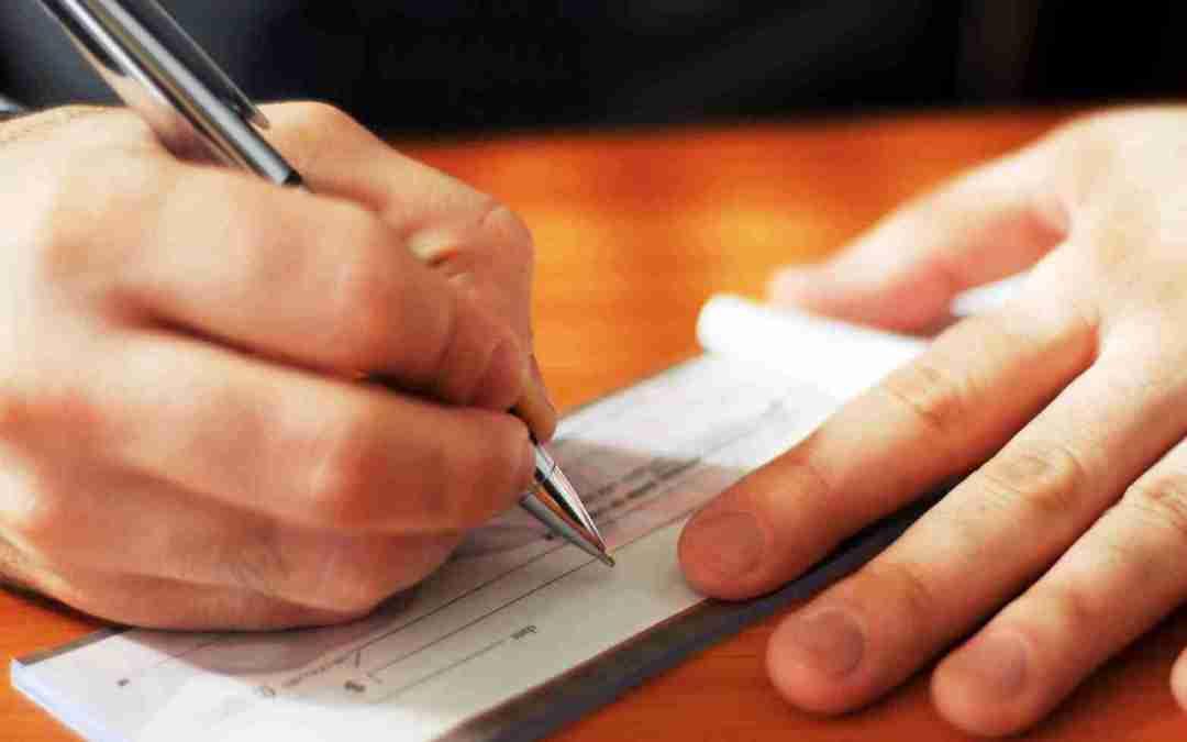 Devolução indevida de cheque gera indenização