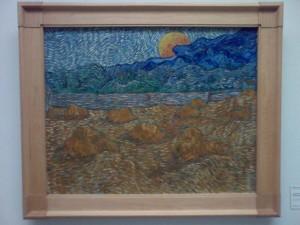 Van Gogh: Landschap met korenschelven en opkomende maan, taken at Kröller-Müller museum.