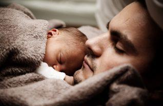 Le confinement en France a permis à de nombreux pères de plus s'impliquer auprès de leurs nouveaux-nés