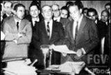 Ernani do Amaral Peixoto por ocasião da entrega do projeto de reforma administrativa ao presidente João Goulart (dez 1963).