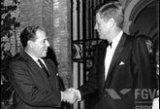 John F. Kennedy recebe João Goulart na embaixada americana em Roma durante visita à Itália (1963).