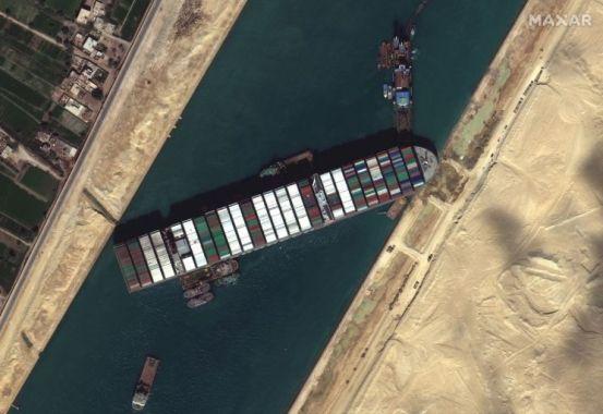 수에즈 운하 마비 6 일 … 만조를 사용하여 선박 발사 시도