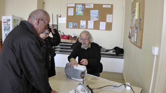 Gilles prodigue de précieux conseils et redonne vie à certains appareils