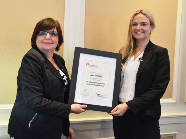 Jane Puchniak (right) receives the 2015 Manitoba Communicator of the Year Award from event title sponsor Marketwired (Claire Chisamore)