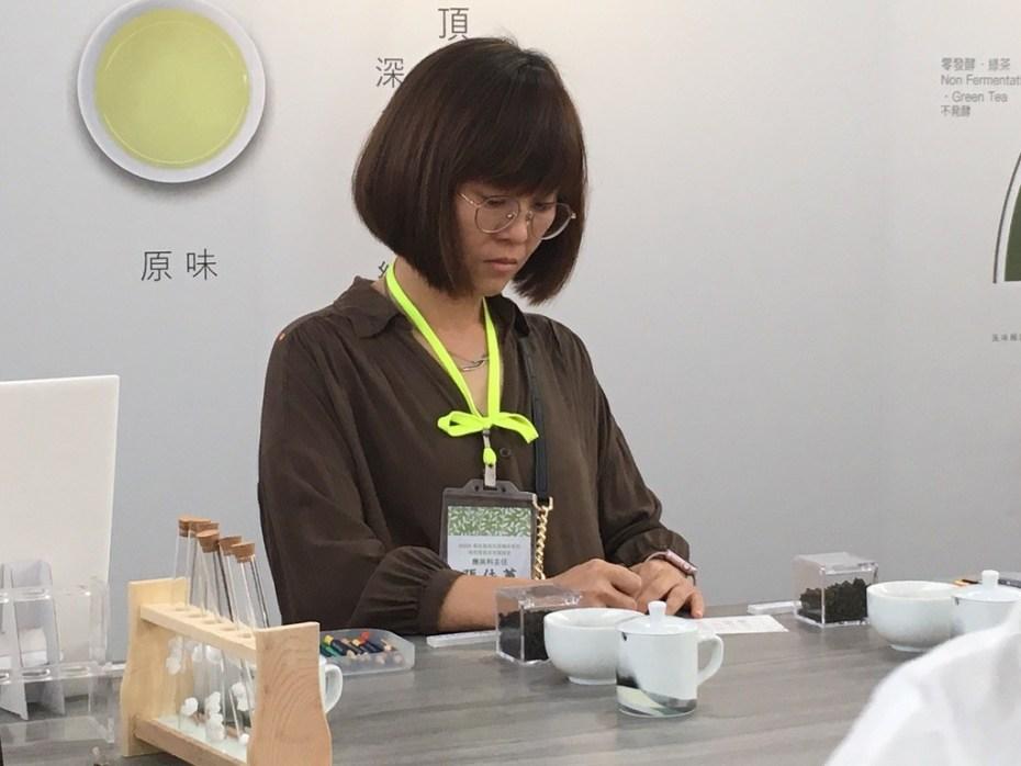 美麗的張佳蕙主任體驗茶文化