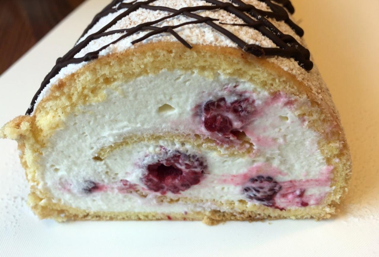 Легко сворачивающийся бисквитный рулет — невероятно вкусный и воздушный десерт!