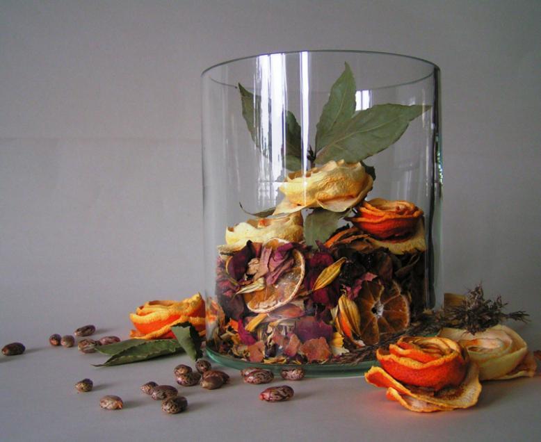 """Апельсиновыми """"розами"""" можно украсить ароматную смесь из засушеных цветочных лепестков"""