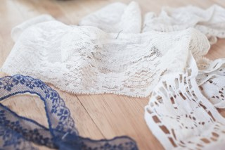 Wide cream-coloured lace, removed from the shirt. I love the old look of this lace.