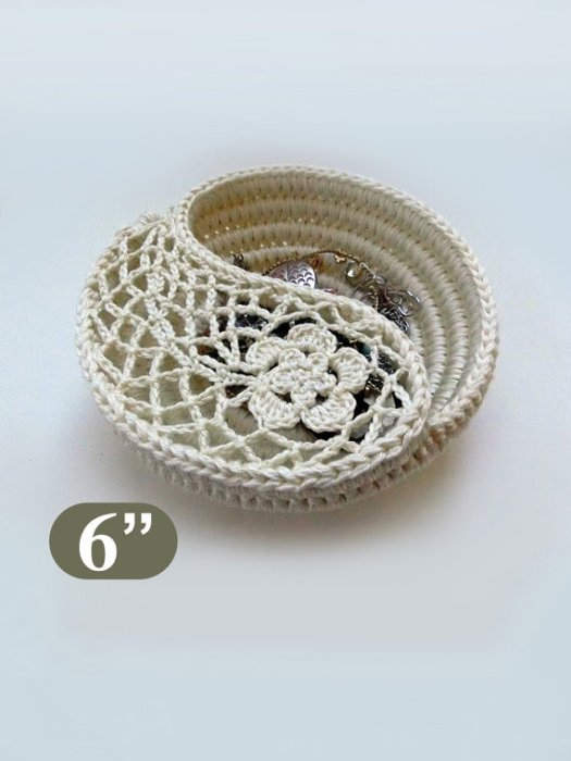 Gorgeous crochet pattern for this unique ying yang jewelry dish, found by craft evangelist