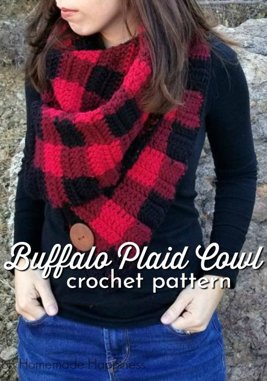 Fun buffalo plaid cowl crochet pattern! I love this crochet plaid look; it's so cute! #crochetpattern #crochetscarf #buffaloplaid #crochetbuffaloplaid #craftevangelist