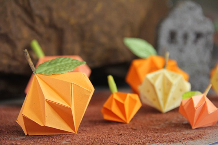 Estas calabazas hechas de origami es una gran idea para decorar tu mesa o para regalar | These pumpkins made of origami is a great idea to decorate your table or to give as a present.
