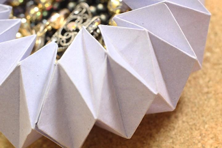 Este es un joyero de origami perfecto para regalar algún collar, aretes u otro artículo ¡Es una idea original! |  This is a perfect origami Jewelry Storage to save a necklace, earrings, etc. It's an original idea!
