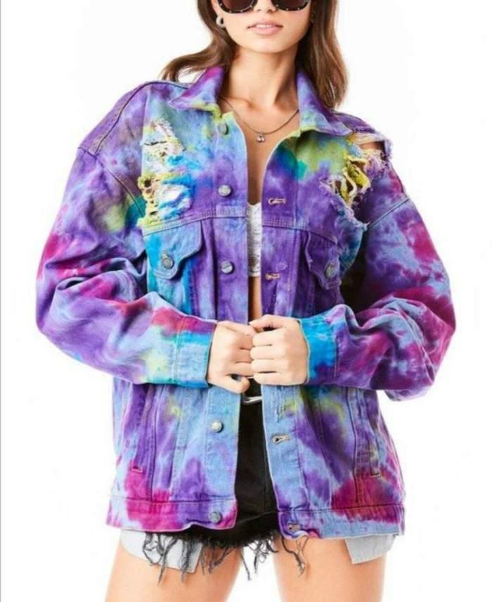 Un outfit con chamarra de mezclilla estilo tie dye