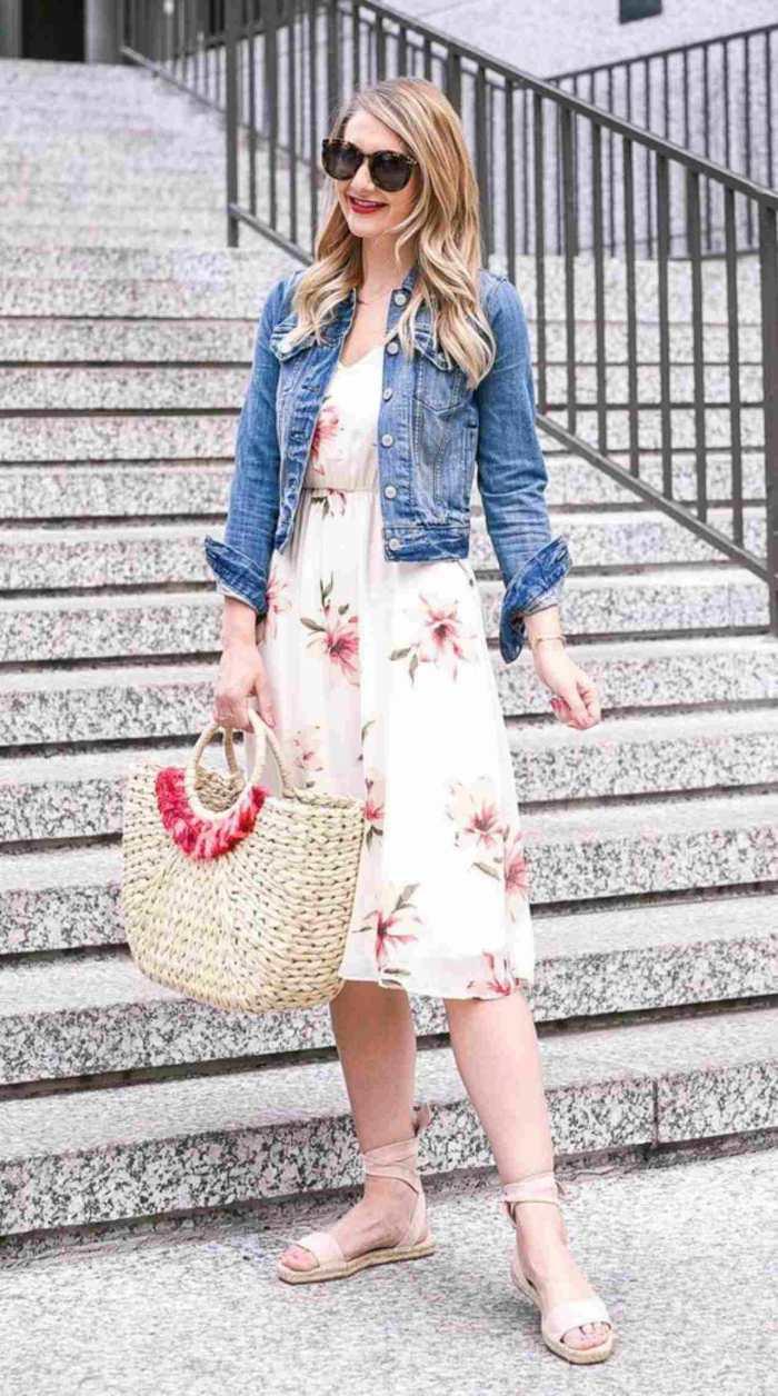 Outfit con chamarra de mezclilla y vestido
