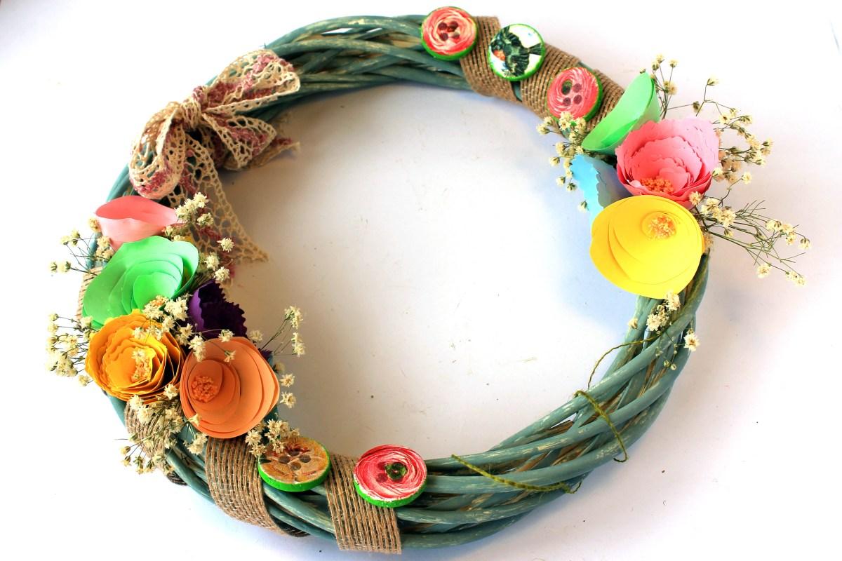 Μαγιατικο στεφανι με χαρτινα λουλουδια και κουμπια με decoupage