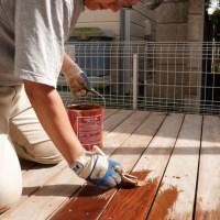 ウッドデッキ用保護塗料を塗る。なぜかハケがボロボロに!